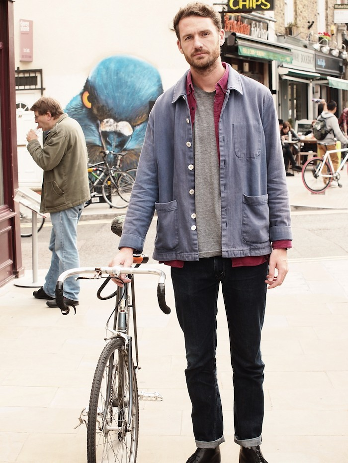 hipster-anglais-londres-vieux-velo-fixie-ourlets-jean-vetements-vintage-chaussures-cuir