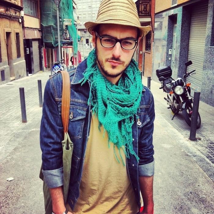 hipster-fashion-homme-veste jean chapeau paille lunette barbe homme 3 jours sac épaules