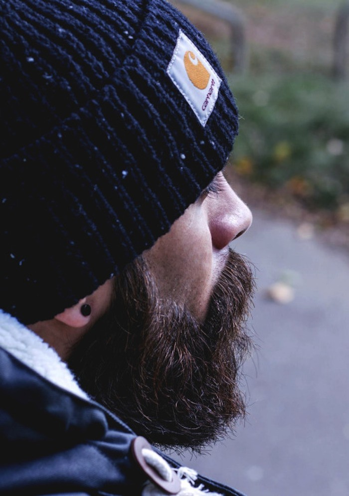 hipster-homme-soin-barbe-carhartt-bonnet-bleu-idees-tyle