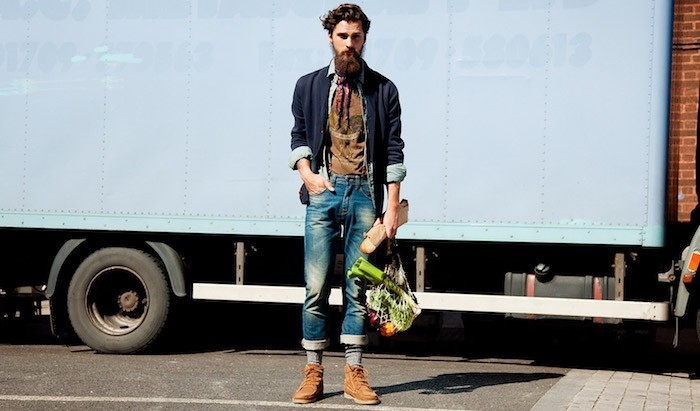 hipster-homme-vetement-vintage-jean-ourlet-chaussettes-remontees-pull-cardigan-barbe-bretelles-chaussues