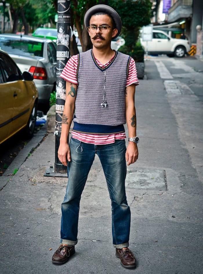 hipster-look-latino-pull-sans-manche-vintage-chapeau-rond-tatouages-moustache