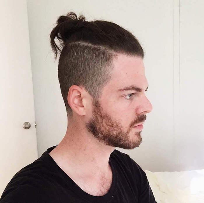 homme-avec-chignon-cheveux-longs-et-man-bun-undercut