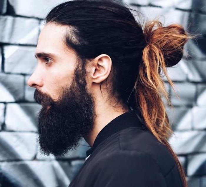 homme-avec-chignon-man-bum-cheveux-longs-couette