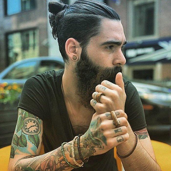 homme-avec-coiffure-long-man-bun-undercut