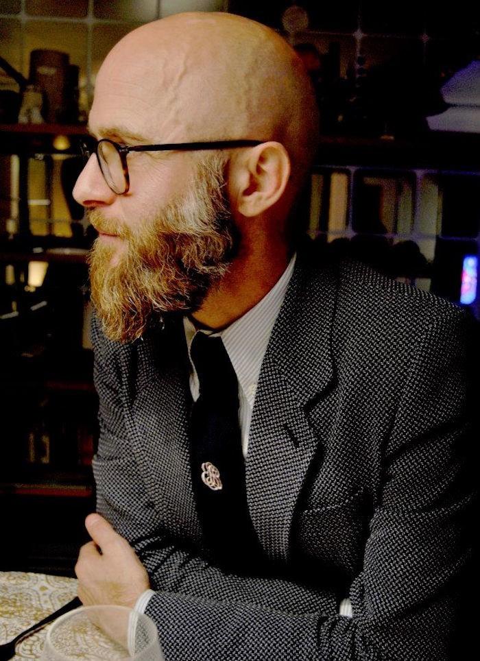 homme-chauve-barbe-style-calvie-precoce-alopecie-traitement-chute-de-cheveux-remede