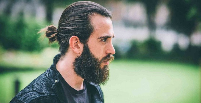homme-cheveux-longs-barbe-man-bun-coiffure-style
