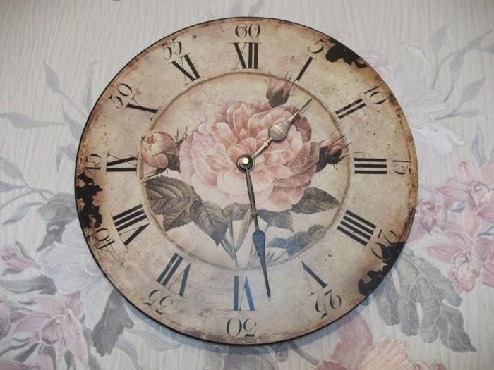 horloge-vintage-cree-a-l-aide-de-la-technique-de-colalge-de-serviette-cadeau-a-faire-soi-meme-idee-magnifique