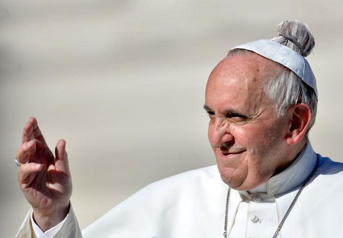 humour-coiffeur-pape-francois-cheveux-longs-chignon-homme-man-bun