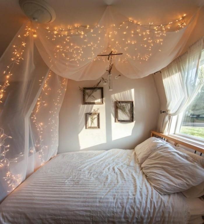 idee-deco-guirlande-lumineuse-pour-sapin-de-noel-une-chambre-a-couher-blanche