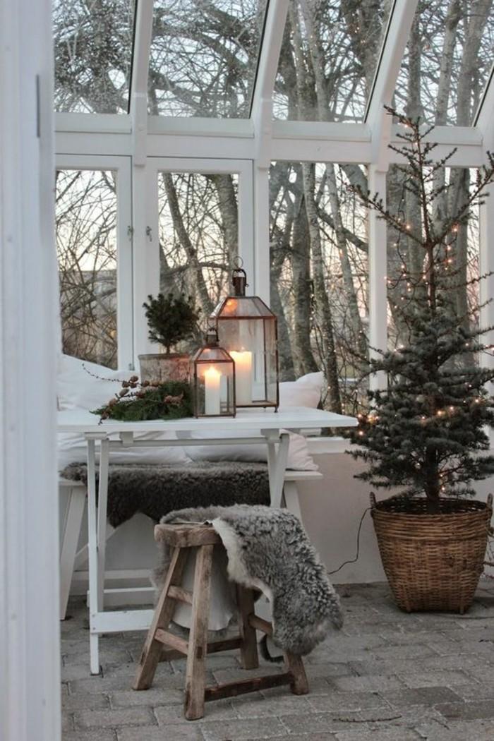 idee-deco-guirlande-lumineuse-pour-sapin-de-noel-veranda-en-verre