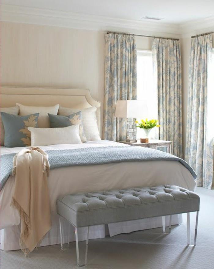 idee-peinture-chambre-adulte-couleurs-dautomne-rideaux-en-bleu-et-beige-couverture-en-blanc-bleu-et-or