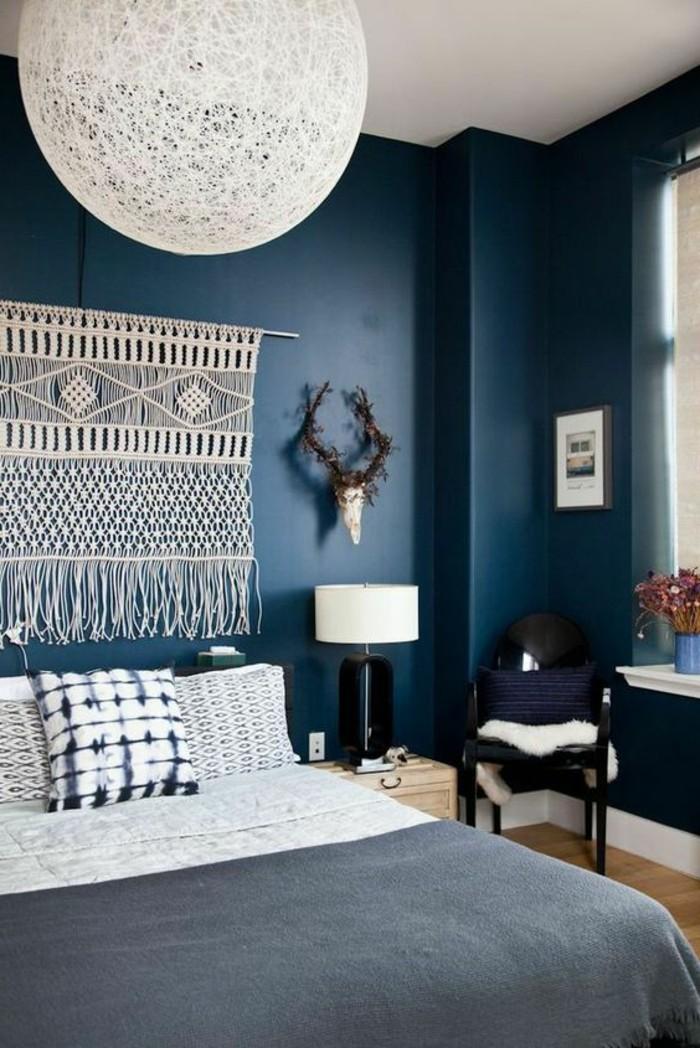 idee-peinture-chambre-adulte-murs-en-bleu-fonce-cornes-decoratifs-chaise-noire-table-de-lit-de-bois