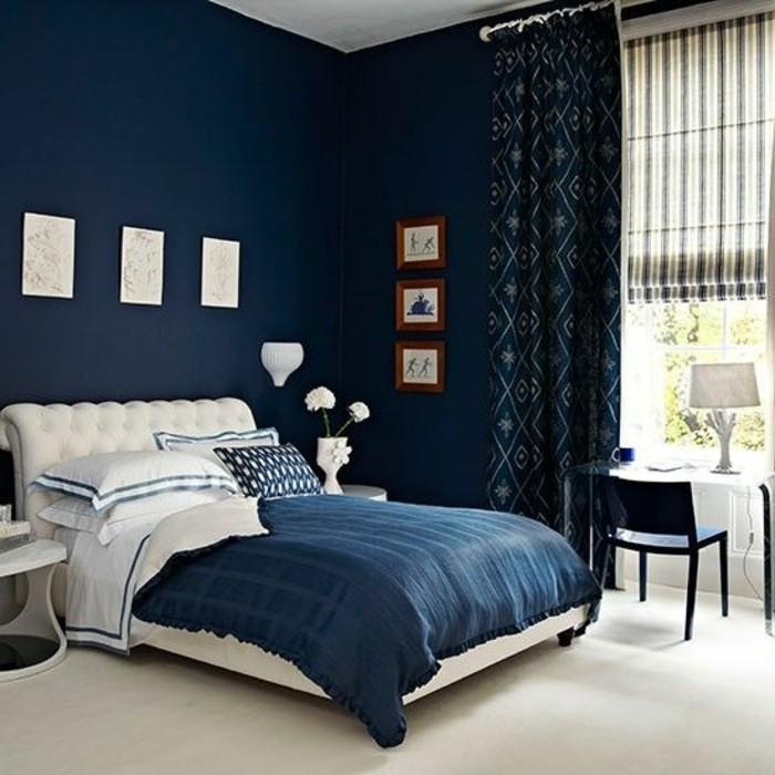 idee-peinture-chambre-adulte-murs-en-bleu-fonce-couverture-en-blanc-et-bleu-fonce