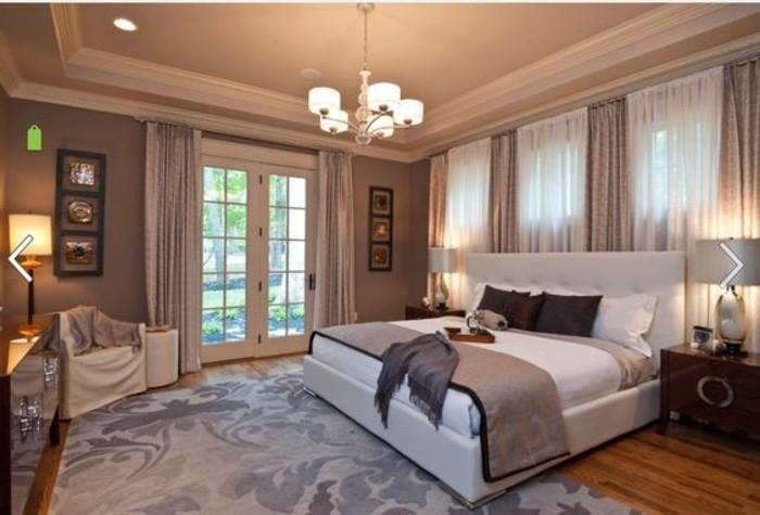 idee-peinture-chambre-adulte-porte-fenetre-rideaux-en-blanc-et-taupe-parquet-de-bois-lampe-de-lit