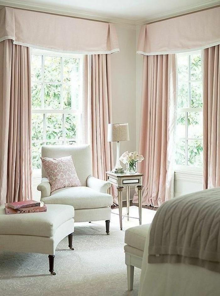 idee-peinture-chambre-adulte-tapis-blanc-meubles-confortables-coussins-en-vintage-style-rideaux-roses
