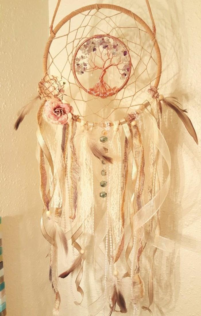 idee-pour-fabriquer-un-attrape-reve-vintage-elegant-centre-cerceau-original-representant-un-arbre-decoration-tres-riche