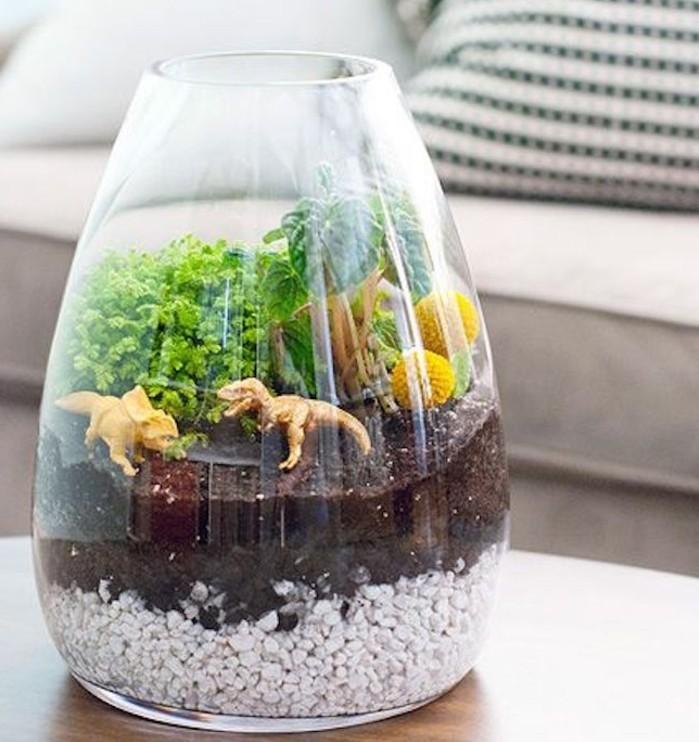 idee-tres-creative-pour-un-jardin-miniature-plante-terrarium-verte-et-figurines-de-dinosaures