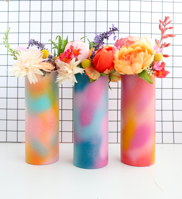 vases customisés de motif peinture graffiti, taches colorées de peinture dans vase avec bouquet de fleurs colorés