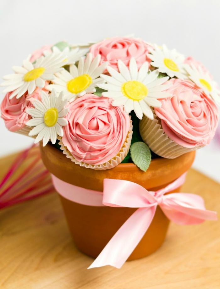 idee cadeau mamie, maitresse ou fete des meres, cadeau fait maison de bouquet de cupcakes au glaçage rose dans pot de terre cuite