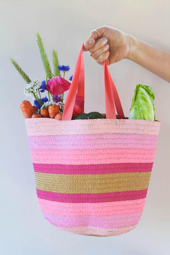 customiser un sac de peinture de couleurs variées, idee cadeau maitresse a fabriquer soi meme