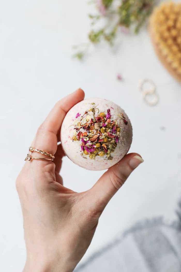 bombe de bain avec des pétales de rose, idée de cadeau pour noël ou cadeau fete des meres diy
