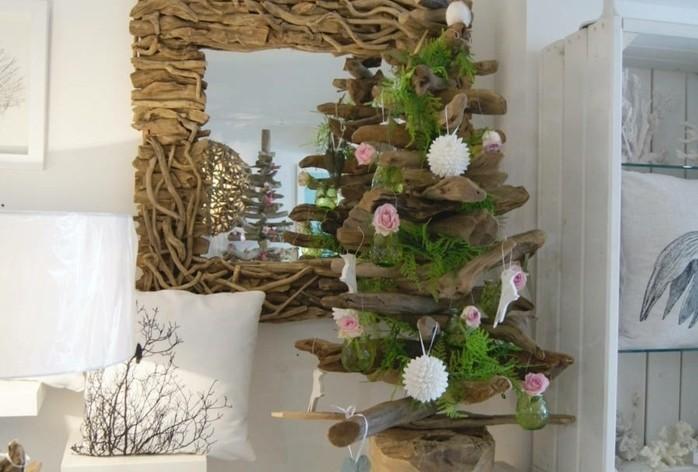 idee-charmante-de-sapin-de-noel-design-en-bois-flotte-decoration-de-fleurs-fraiches
