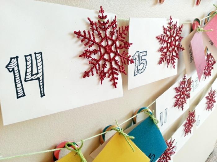 idee-de-calendrier-de-l-avent-maison-tres-joli-feuilles-de-papier-numerotes-et-decores-d-accessoires-noel-differents
