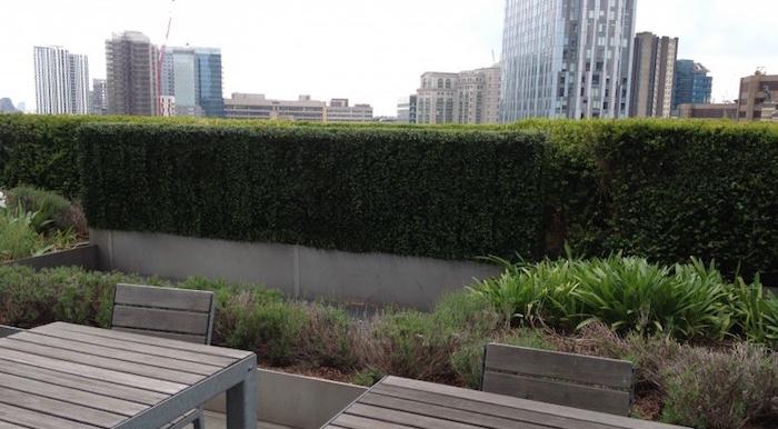 idee-deco-terrasse-vis-a-vis-haie-buis-artificiel-fausse-plante-artificielle-buisson