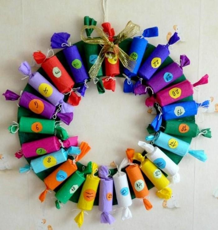 idee-fanntastique-de-calendrier-de-l-avent-a-fabriquer-soi-meme-bonbons-dans-des-enveloppes-de-couleurs-diverses-arranges-en-forme-d-une-couronne
