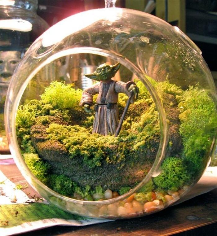 idee-pour-un-terrarium-plante-verte-avec-une-figurine-de-yoda