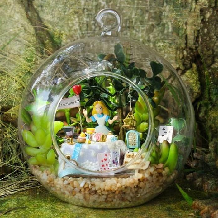 idee-tres-creative-pour-votre-decor-terrarium-decoration-inspiree-d-alice-aux-pays-des-merveilles
