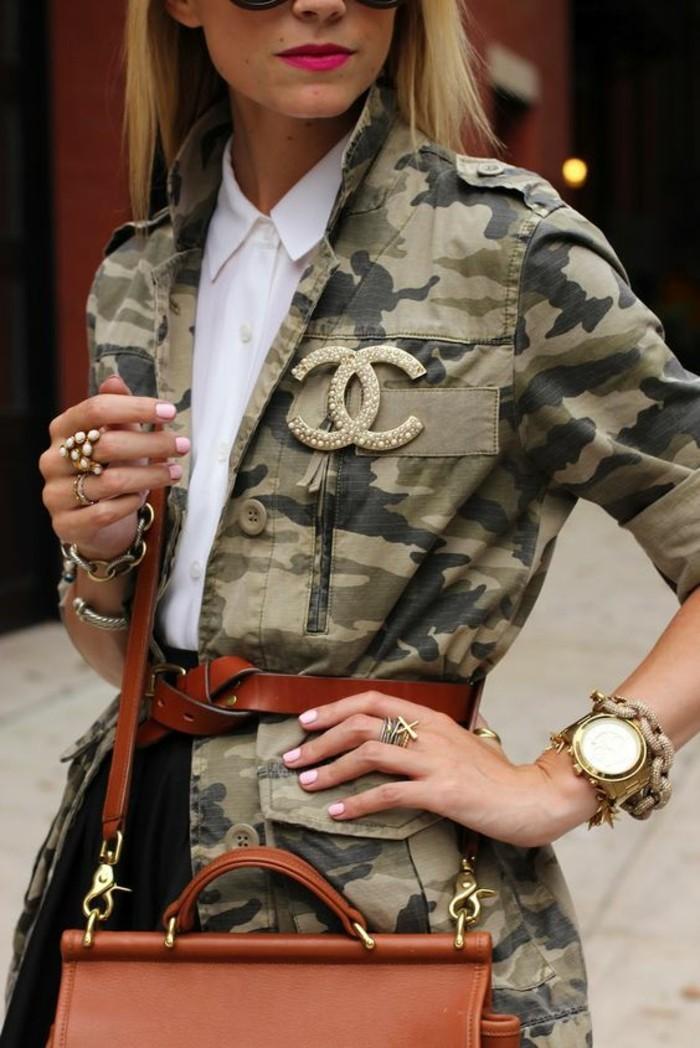 imprime-camo-veste-femme-militaire-chemise-blanche-broche