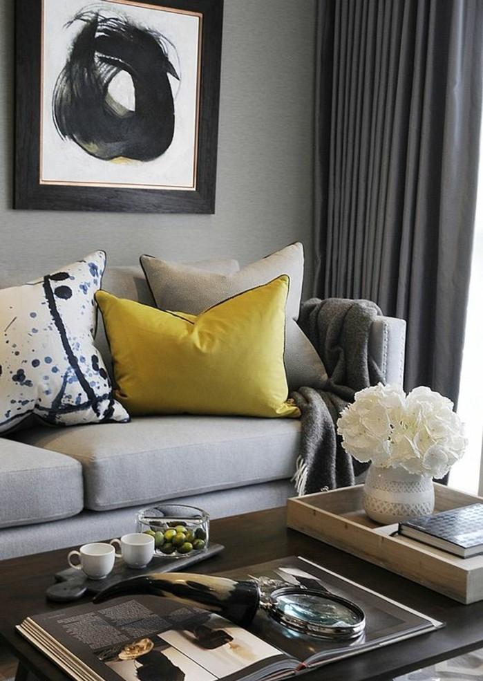 interieur-salon-gris-coussin-jaune-moutarde-rideaux-gris