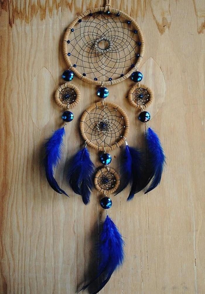 joli-attrape-reve-avec-trois-anneaux-plumes-et-perles-bleues-comment-fabriquer-un-attrape-reve