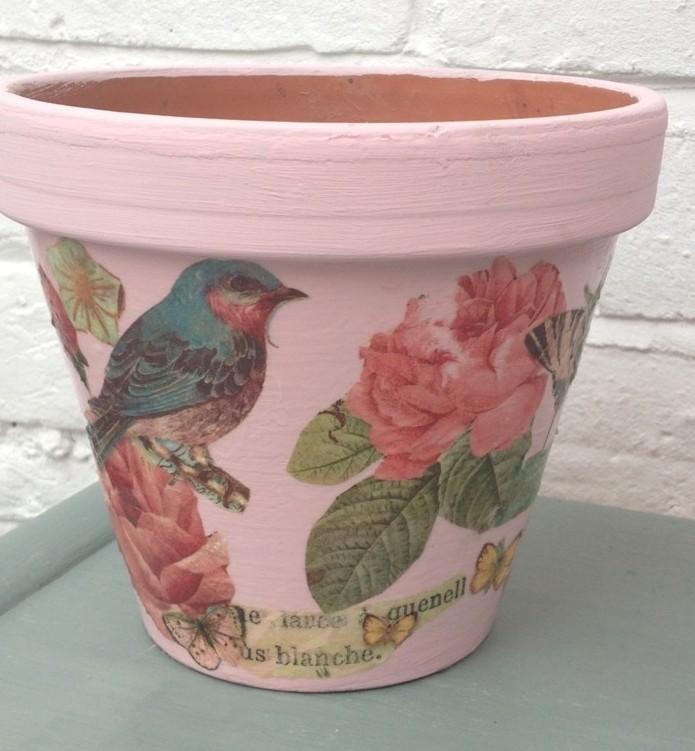 joli-deco-patch-sur-un-pot-de-fleurs-decoration-printaniere-magnifique-pour-embellir-son-jardin