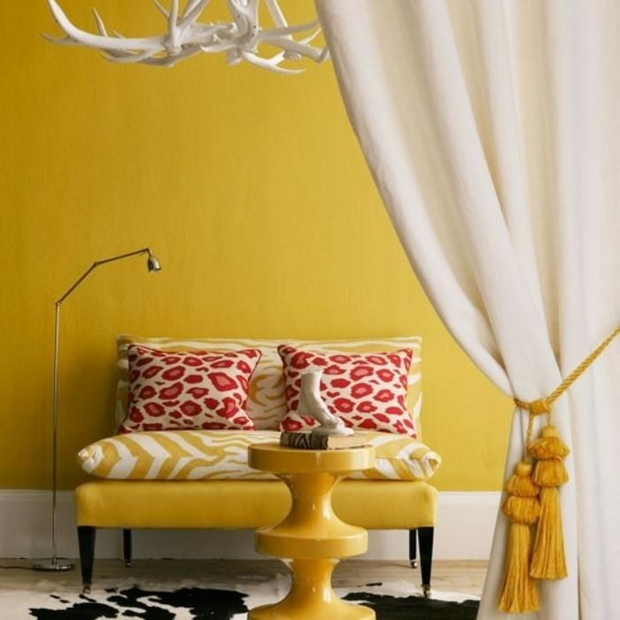 joli-interieur-mur-jaune-dit-moutarde-coin-salon-moderne-rideau-blanc
