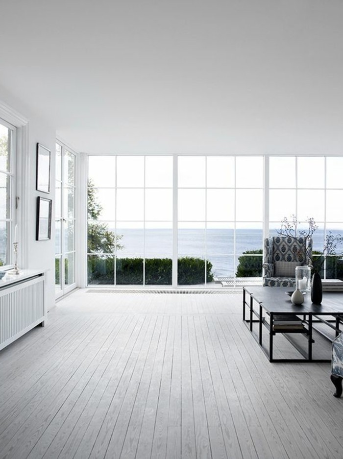 joli-salon-avec-vue-vers-le-mer-parquet-chene-massif-clair-table-basse-noir-idee-amenagement
