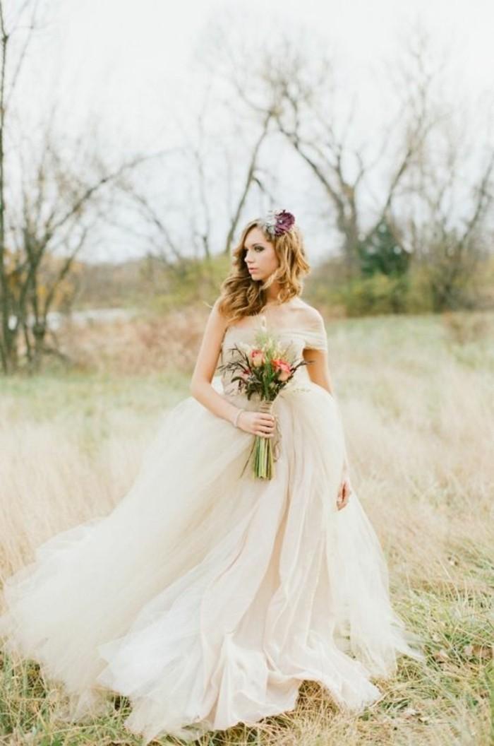 Robe de mariée princesse avec grand volume et silhouette simplement ...