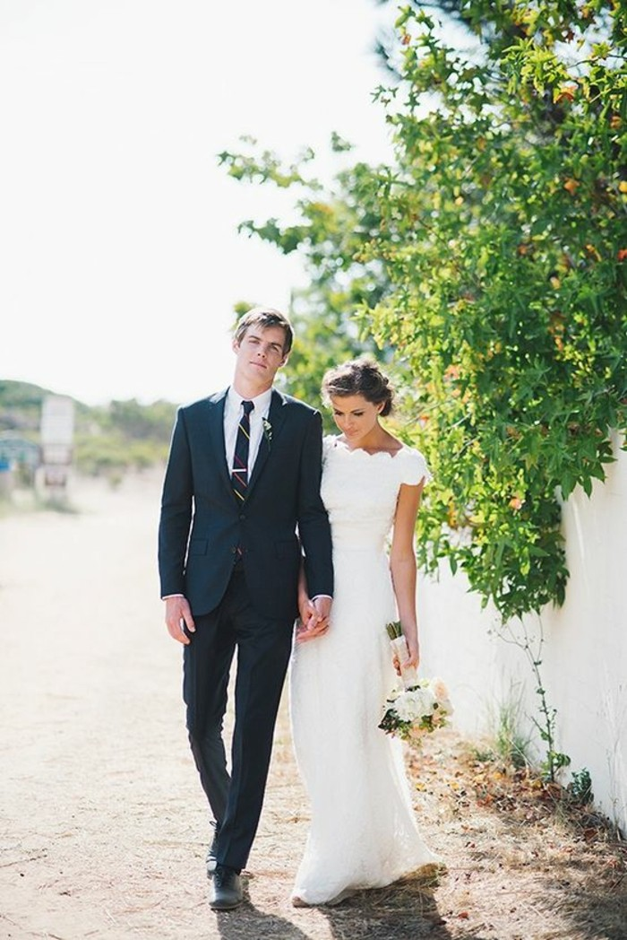 jolie-robe-de-mariee-simple-et-elegante-a-silhouette-mariage-couple-amoureuse