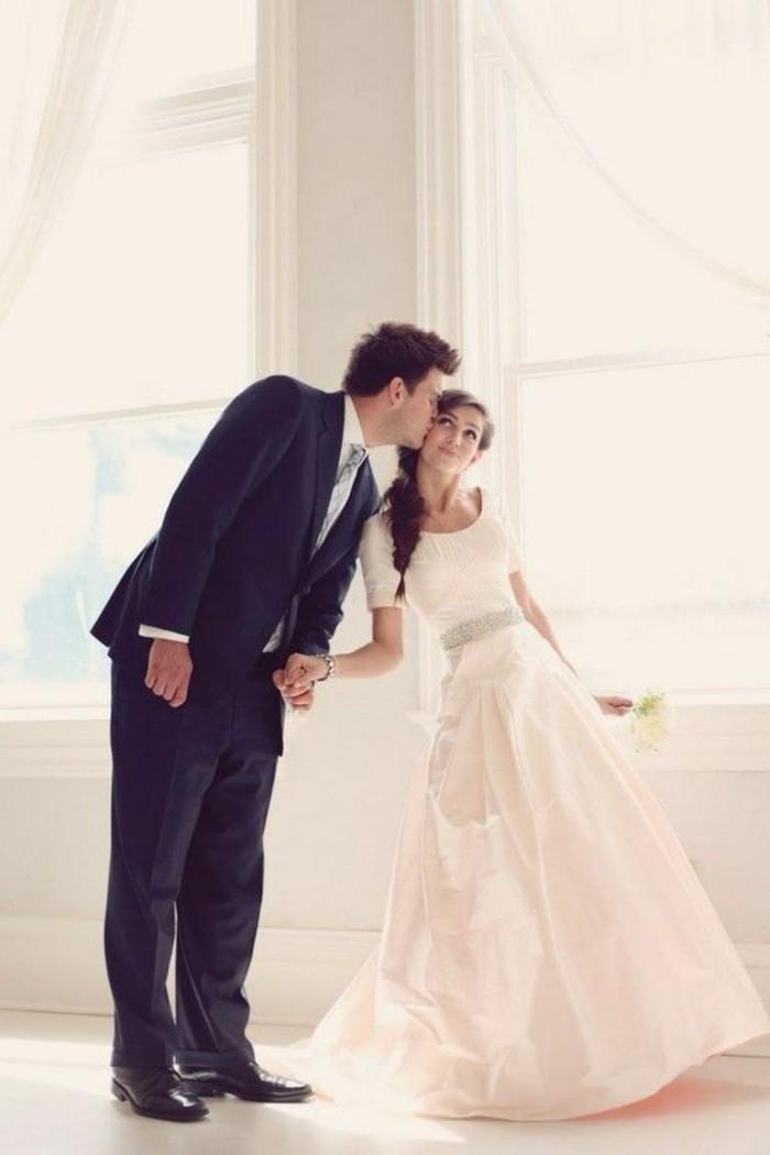 jolie-robe-de-mariee-simple-et-elegante-a-silhouette-mignonne-couple
