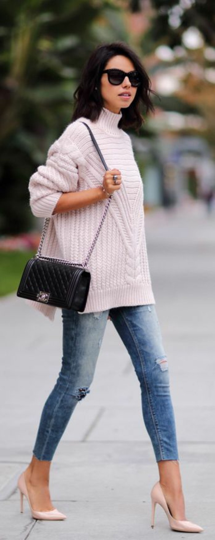 jolie-tenue-jean-slim-et-pull-oversize-a-col-montant