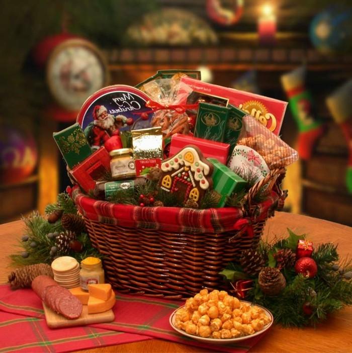 le-panier-de-noel-rempli-de-toute-sorte-de-gourmandises-cadeau-de-noel-a-faire-soi-meme-suggestion-geniale