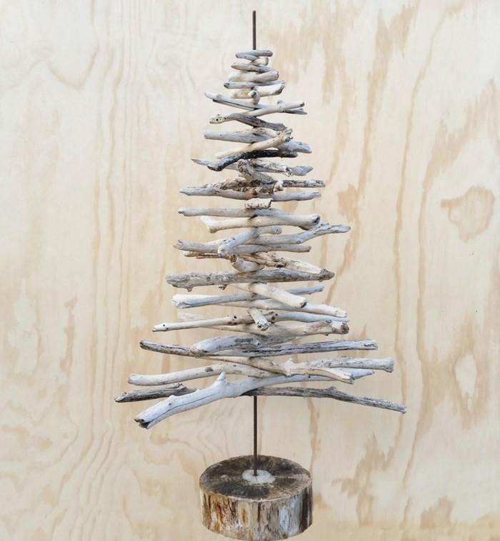 le-resultat-final-sapin-en-bois-flotte-charmant-fait-de-branches-d-arbre