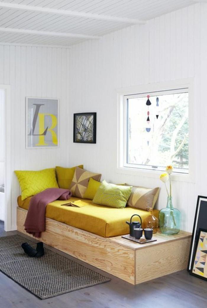 lit-mis-hauteur-en-bois-matelas-couleur-moutarde-murs-peint-blanc