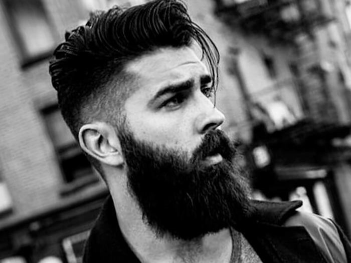 look-hipster-homme-coupe-pompadour-coiffure-homme-court-cote-long-dessus-tendance-banane-barbe