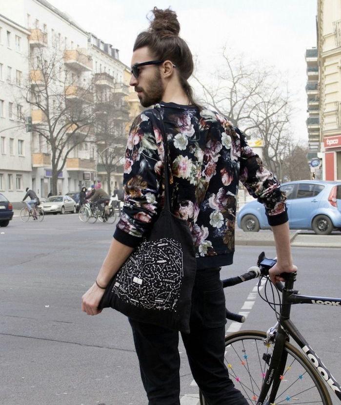 look-hipster-homme-metrosexuel-style-berlin-velo-fixie-man-bun-chignon-tendance-pull-fleurs-vintage-vetement-friperie-sac-tissu