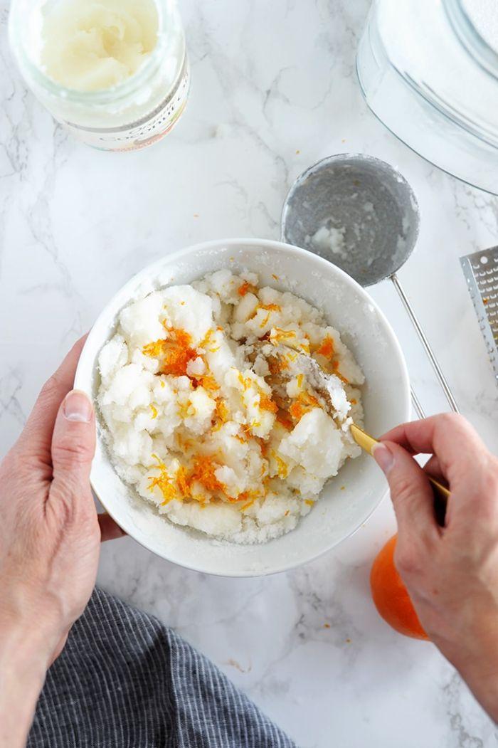 mélanger le sucre la zeste d orange et l huile de coco dans un bol pour fabriquer cadeau fait main original pour noel