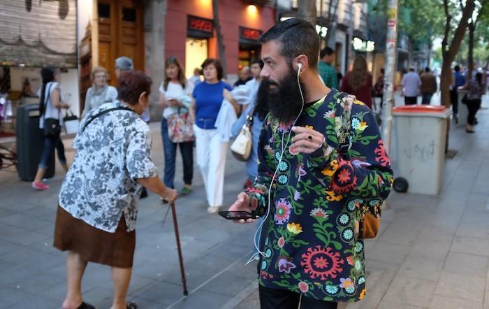 magasin-hipsters-espagne-chemise-fleurs-pantalon-slim-entretien-barbe-homme-longue