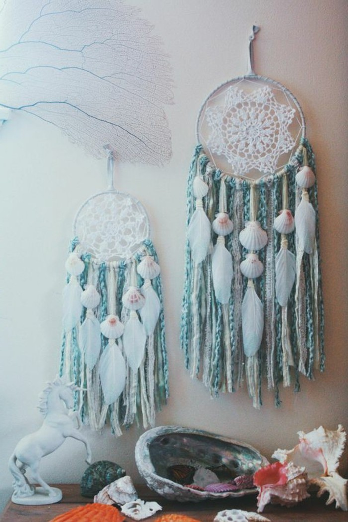 magnifique-exemple-d-capteur-de-reve-inspire-du-theme-de-la-mer-franges-decoratifs-bleus-et-coquillages
