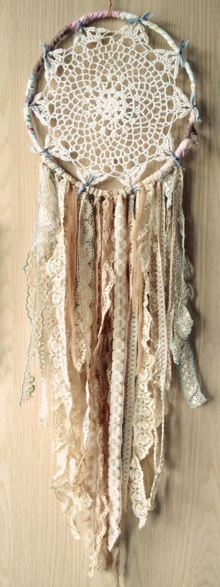 magnifique-suggestion-attrape-reves-blanc-decore-de-jolies-dentelles-vintage